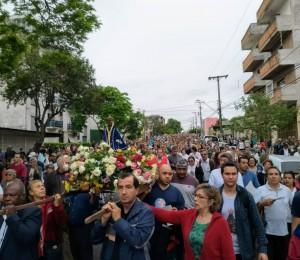 Décima sexta procissão em honra a Nossa Senhora Aparecida reuniu dezenas de devotos em Uruguaiana