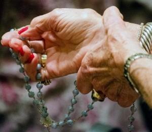 De toda a Igreja subia incessantemente a oração a Deus